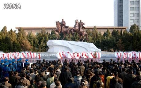 3月25日,朝鲜在平壤举行向金日成和金正日铜像及金正日太阳像敬献花圈