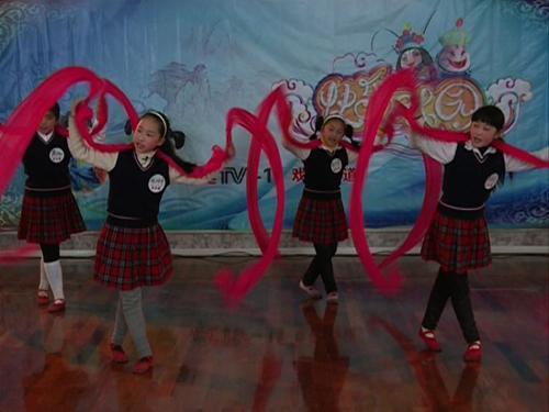 同学们表演《天女散花》