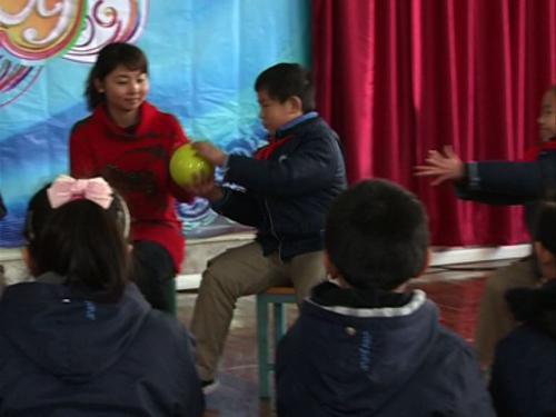 """同学们在玩""""击鼓传球""""游戏"""
