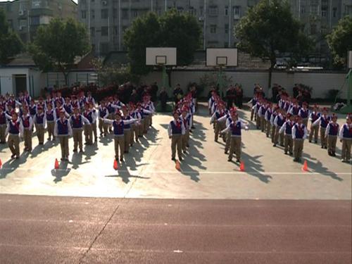 江苏省镇江市实验小学二年级同学进行方阵表演