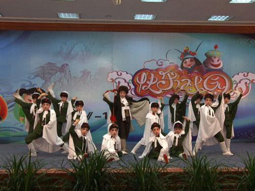 杨雅茹、陈媛、王开馨等表演《智取威虎山》