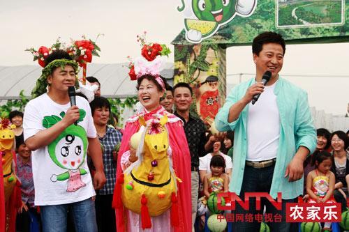 主持人和演员互动-6月16日 乡村大世界 走进上海市朱泾镇