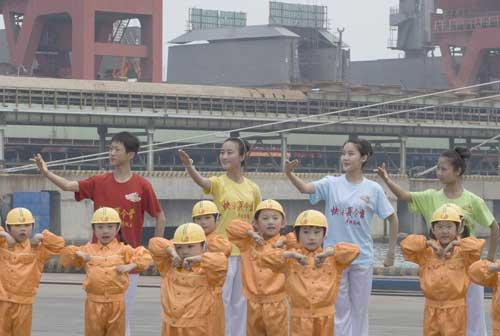 """《快乐戏园》""""暑期日照行""""海港外景同学们表演现代京剧《海港》选段"""