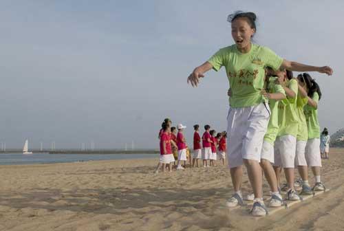 """《快乐戏园》""""暑期日照行""""海滩外景同学么进行""""划大船""""游戏"""