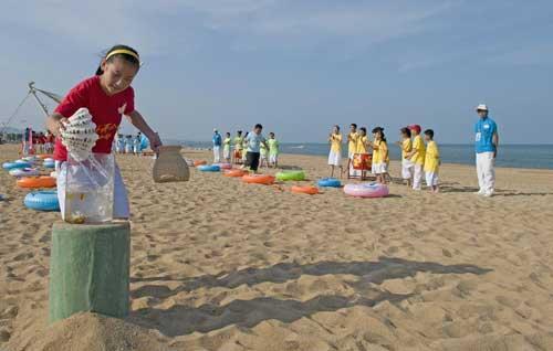 """《快乐戏园》""""暑期日照行""""海滩外景同学们进行""""赶海""""游戏"""
