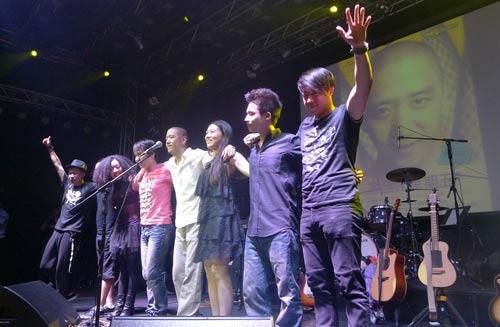 郝云与乐队现场感谢歌迷