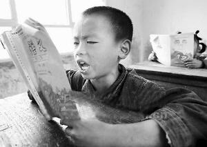 山里孩子读书格外认真。