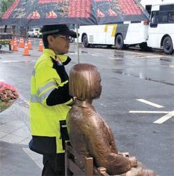 警官在雨中为日本