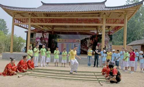 """《快乐戏园》""""暑期日照行""""竹林外景小同学们和当地演职人员开心的跳""""竹竿舞"""""""