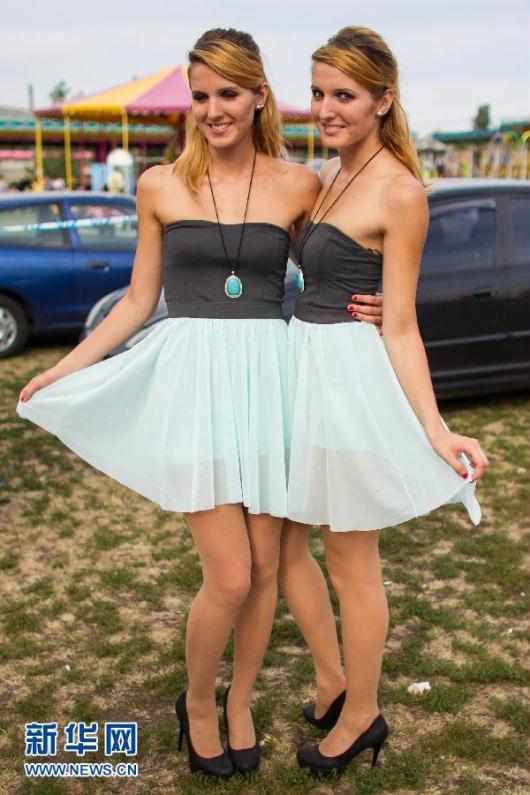 匈牙利全国双胞胎聚会上的成倍美女图 粤语