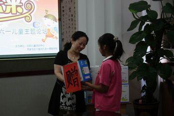 中心张主任向学生代表赠送节日礼物