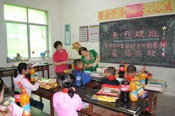 向留守儿童进行手工艺教学活动