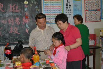 张正选调研员与周蔓茹书记观看学生手工艺作品