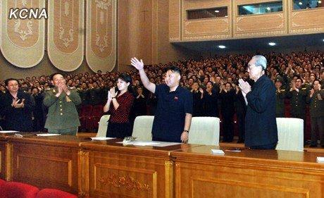 审判金正恩_[视频]朝鲜:解放战争胜利59周年 金正恩接见参战老兵并合影留念