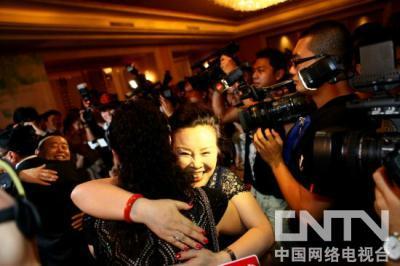 潘长江夫妇拥抱巩汉林夫妇