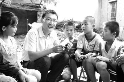 李江涛和学生们在一起。光明日报通讯员刘智峰、刘新宇摄