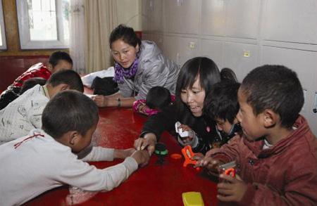吉拉和幼儿园的孩子们在一起