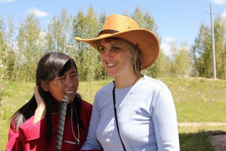 幼儿园园长吉拉(左)和西藏残联盲人康复及培训中心的项目专家萨布瑞亚在一起