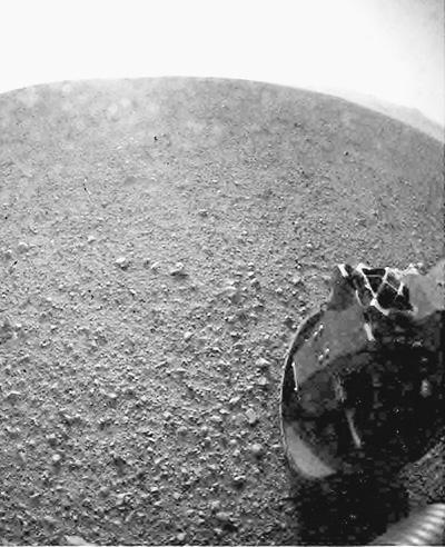 """图为""""好奇""""号在火星表面着陆后传回的图像。新华社发"""