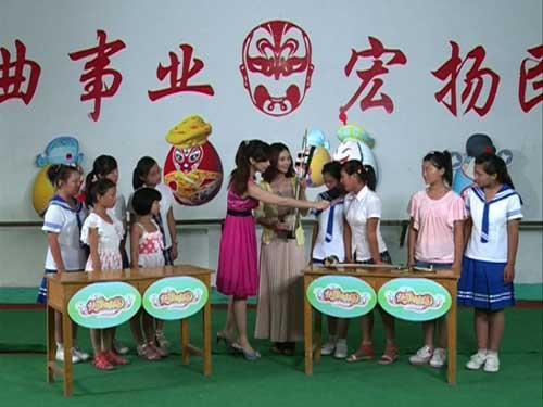 嘉宾主持孔庆、菏泽戏剧院的张老师和同学们就菏泽八大地方戏的相关知识展开互动