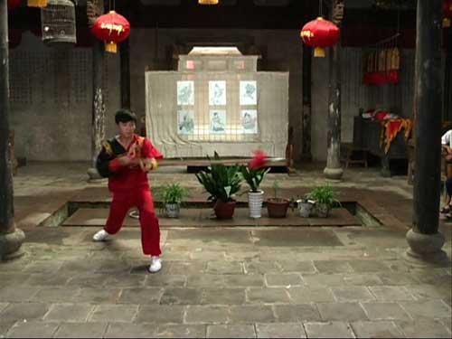 郓城宋江武校同学为同学展示林冲的枪法,在京剧《野猪林》中就有这样的道具