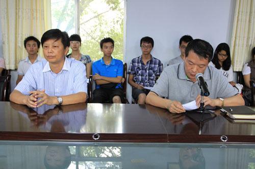 市委常委、市委统战部部长、市总工会主席李跃华(前左一)出席仪式;市总工会党组书记、常务副主席章杰(前右一)作重要讲话