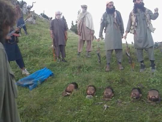 塔利班展示15名遭斩首的巴基斯坦士兵人头慎/组图