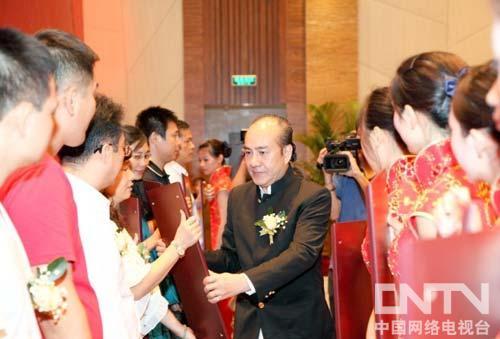 美国首位华人市长黄锦博和香港酒神黄雅历,给为本次提供支持的单位颁发荣誉证书