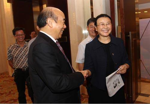 人民日报社副总编辑、人民网董事长马利(右)与董事长邹远东亲切握手