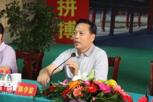 兰陵集团董事长陈学荣向记者介绍公司情况