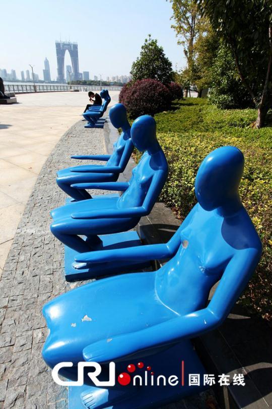 苏州金鸡湖畔现裸女座椅 抱美女看大秋裤