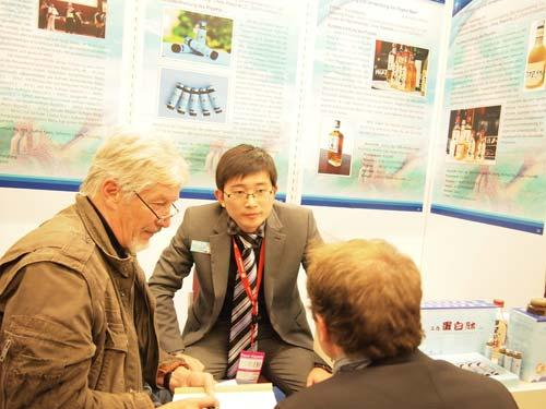 Mr.Dieter-Lidl(左一)询问九生堂酶法多肽发明专利项目