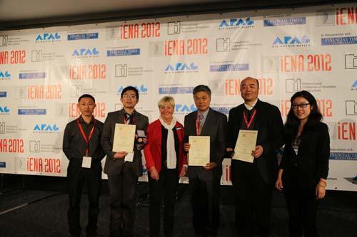 九生堂生物工副总经理郭力(左二)代表著名酶法多肽专家邹远东教授接受2012纽伦堡国际发明展金奖证书和奖牌