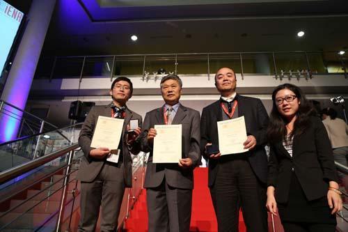 中国纽伦堡国际发明展金奖获得者向媒体展示获奖证书与金牌
