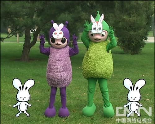 """""""小兔子,白又白,爱吃萝卜爱吃菜,蹦蹦跳跳真可爱"""",小朋友们,我们来学"""