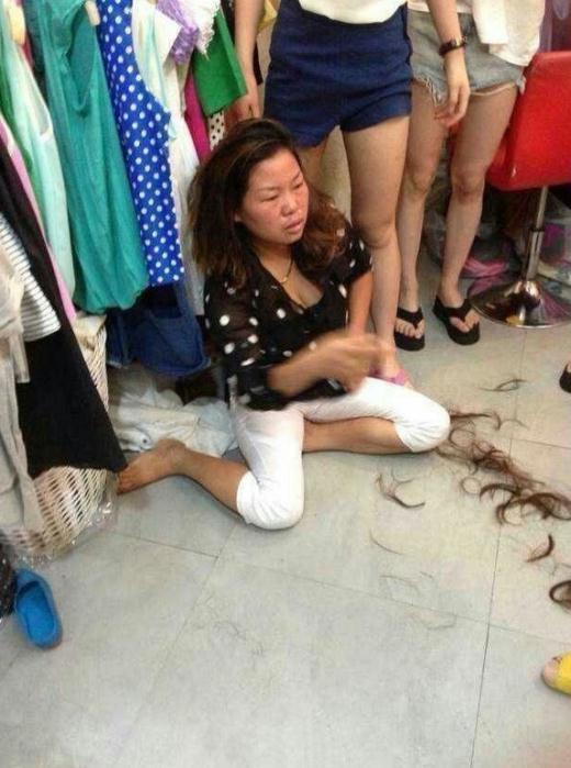 温州女子偷东西败露 被店主强行剪掉头发组图
