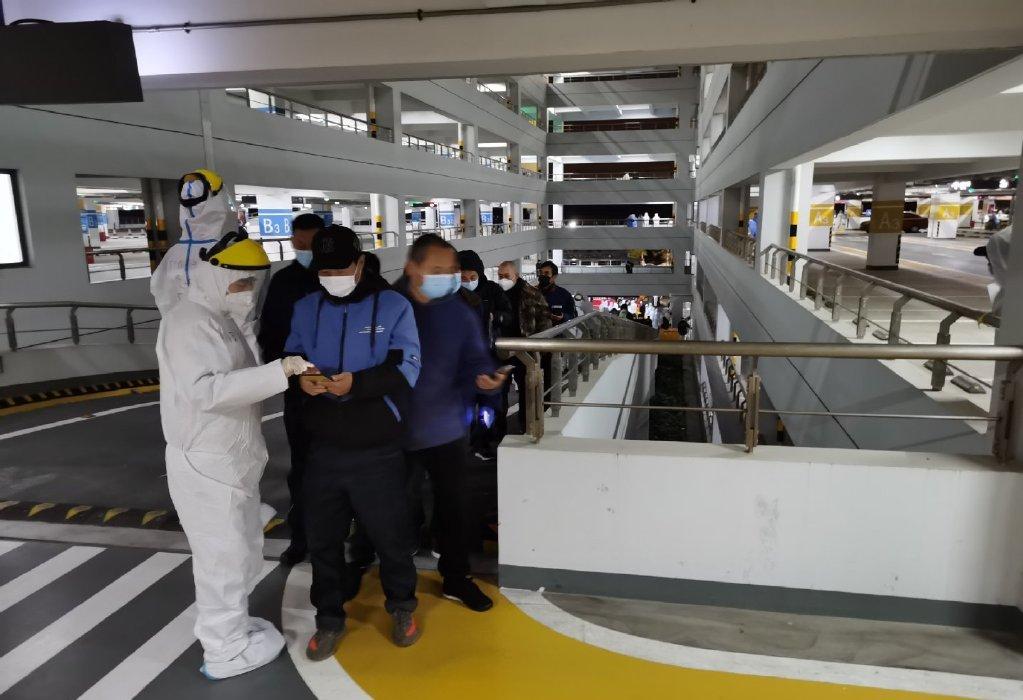 上海浦东国际机场组织所有相关工作人员连夜进行核酸检测