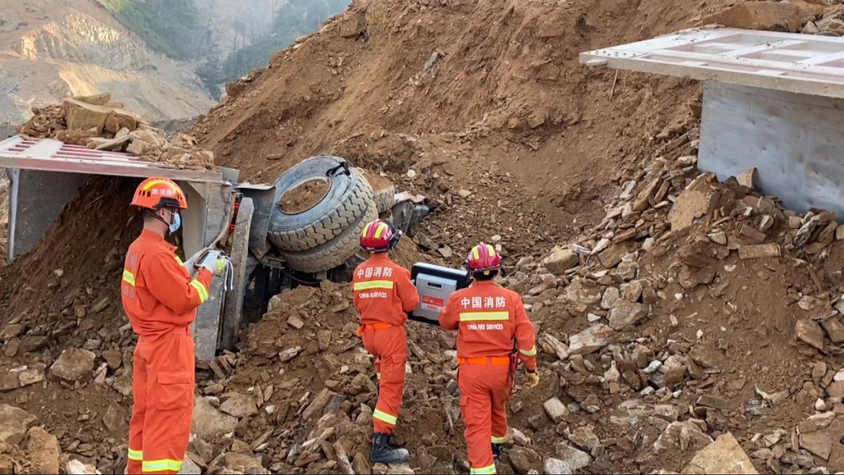 广西南丹:突发山体滑坡 救援结束 事故造成3死1伤