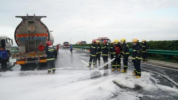 西安消防:32吨甲醇罐车与33吨混油罐车追尾致甲醇泄漏 现场险情已排除