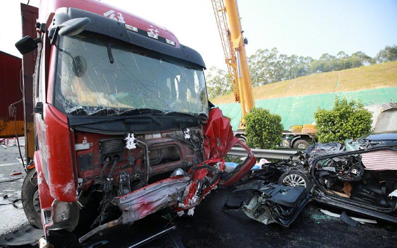 天游平台注册地址突发!一货车冲过中央防护栏,撞向对面5辆汽车,兰海高速钦州段发生5死11伤事故