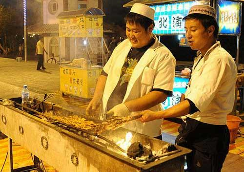 Major night markets in Urumqi are prosperous as ever