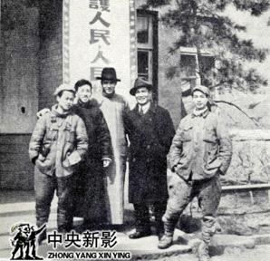 """1946年4月,田方(左三)、许珂(左四)、钱筱璋(左二)等同志在抚顺化装后,准备进入长春接收""""伪满映""""。"""