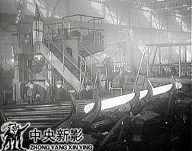 1953年10月27日,第一根无缝钢管顺利轧制成功。