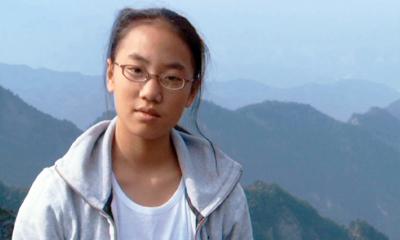 出生在中国,后被一位加拿大女士收养的小女孩。
