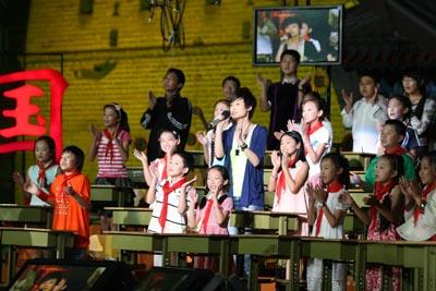李宇春和小朋友们同唱一首歌