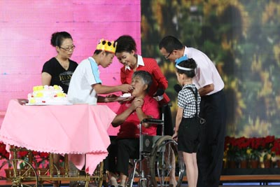 晚会现场马鹏飞为奶奶献上生日蛋糕