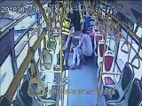 文明点赞:女乘客公交晕倒 驾驶员爱心救助 文明论坛 2018.08.12 - 厦门电视台 00:09:31