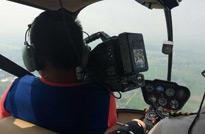 摄像师在体验飞行乐趣的同时,专心的捕捉着平常难以实现的拍摄手法