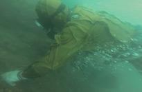 旅顺口潜水员潜入30米的水下捕捞海参的情景