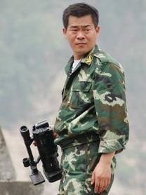 制片人:吕峥<br>1969出生,射手座,工作狂。1990入伍后从事电视宣传工作,现任武警部队政治部电视宣传艺术中心专题部主任。